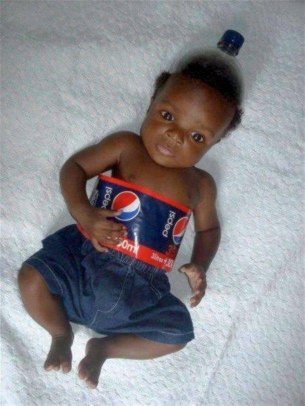 copil negru flacon Pepsi